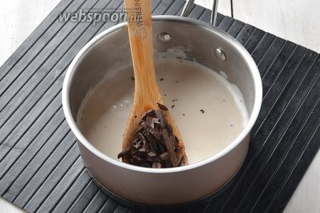 Молоко (200 мл) довести до кипения. Добавить горячий кофе. Снять кастрюлю с огня и добавить подготовленный шоколад.