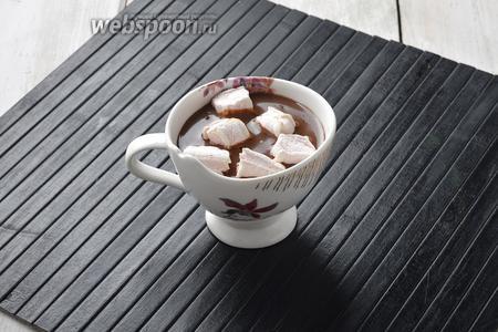 Разлить горячий шоколад по чашкам. Сверху выложить нарезанный на кусочки зефир. Подавать немедленно.