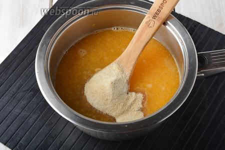 Вернуть смесь обратно в кастрюлю. Добавить свежевыжатые мандарины и быстрорастворимый желатин. Оставить на 5 минут для набухания (обычный желатин оставьте на 25 минут для набухания). Нагреть, помешивая, пока желатин не растворится (до кипения не доводить). Охладить до комнатной температуры.