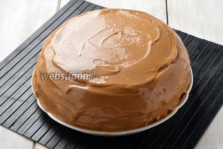 Сверху выложить второй пласт и смазать кремом весь торт. Отправить в холодильник на 2-3 часа или на всю ночь. Торт Ириска готов.