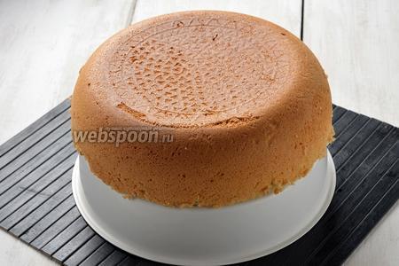 Вынуть бисквит с помощью чаши для варки на пару. Полностью охладить (желательно выдержать бисквит 4-5 часов).