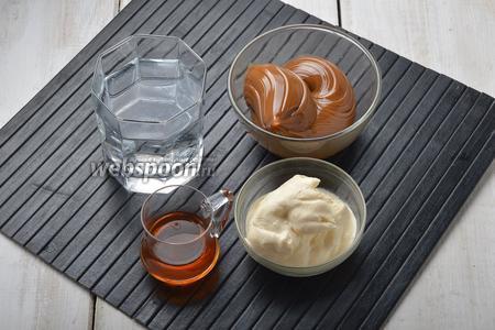 Для крема и просачивания нам понадобится варёное сгущенное молоко, вода, сливки 33% жирности (у меня жирные домашние), коньяк.