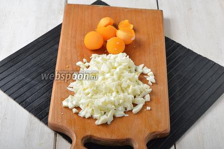 4 яйца отварить вкрутую. Очистить. Отделить белки от желтков. Белки мелко нарезать.