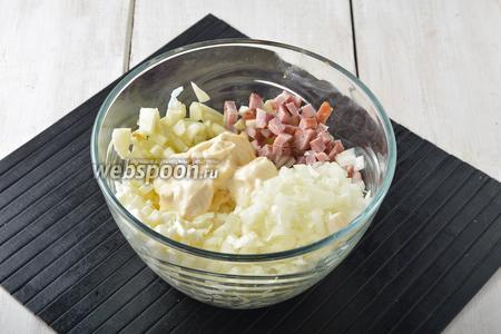 В миске соединить белки, яблоки, колбасу, хорошо отжатый от жидкости лук, майонез (4 ст. л.). Перемешать. Приправить по вкусу солью.