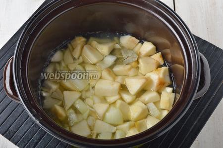 Добавить очищенное и нарезанное 1 яблоко, лук (1 штуку) и чеснок (2 зубчика), 1 лавровый лист. Варить 10 минут.