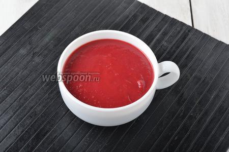 Суп-пюре из свёклы готов. Подавайте такой суп горячим со сметаной и варёными яйцами.