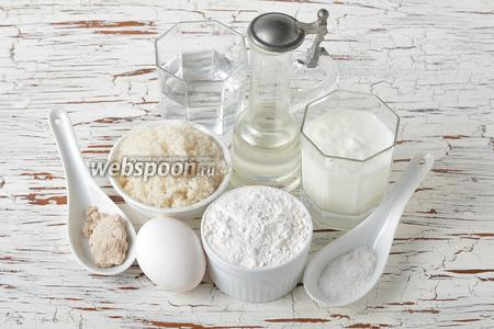 Для работы нам понадобится простокваша, вода, живые дрожжи, сахар, соль, подсолнечное масло, пшеничная мука, яйцо.
