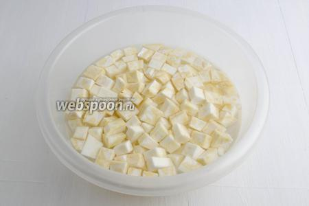 Приготовить глубокую посуду с холодной водой (1 литр) и 1 столовой ложкой лимонного сока. Нарезанные кубики сельдерея сразу кладём в воду, а тем временем, нарезаем оставшийся корень. Иначе кусочки корня сразу потемнеют.