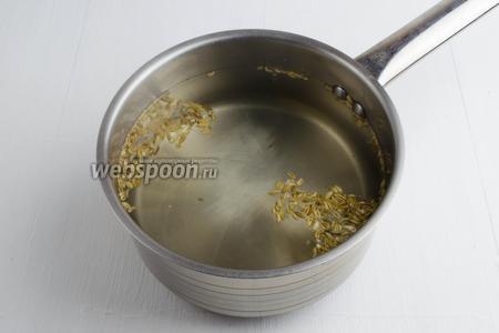 Тем временем приготовить маринад: вода (1 литр), соль (40 г), сахар (30 г), сок лимона (2 ст. л.), фенхель (1 ч. л.). Кипятить в течение 4 минут.