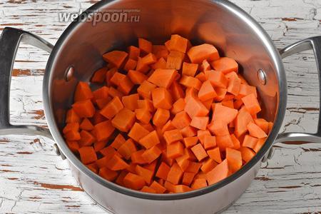 Морковь (350 г) очистить, нарезать небольшими кусочками и поместить в кастрюлю.