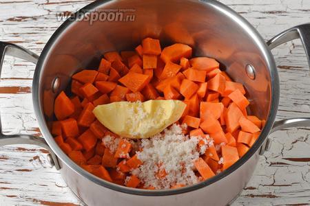 Добавить соль (1 ч. л.), сахар (0,5 ч. л.), сливочное масло (35 г) и 120 мл воды.