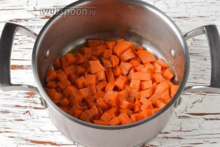Довести до кипения и готовить под крышкой до готовности моркови. За это время вода почти испарится.