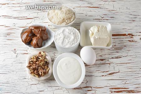 Для работы нам понадобится мука, разрыхлитель, яйцо, сахар, варёное сгущённое молоко, грецкие орехи, сливочное масло, сметана.