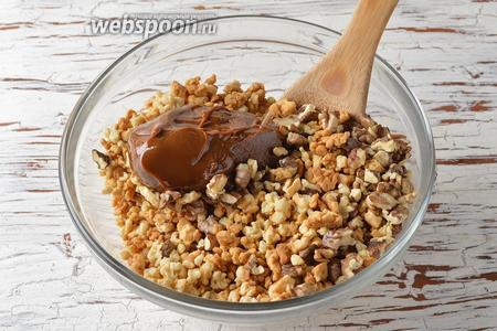 Соединить подготовленные орехи, тесто и варёное сгущенное молоко (400 г).