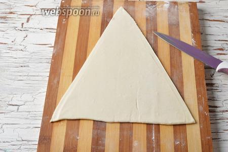 Вырезать из теста 2 равнобедренных треугольника.