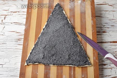 Нанести начинку на один треугольник из теста.