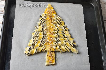 Смазать сверху 1 желтком. Ствол ёлки посыпать орехами (15 г).