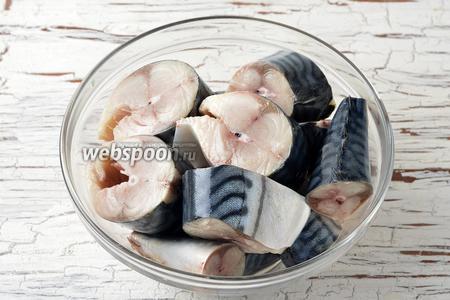 У 2 скумбрий удалить внутренности и голову. Промыть. Нарезать на порционные куски. Приправить солью (0,75 ч. л.).
