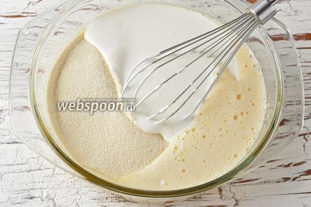Всыпать в яйца манную крупу (1 стакан) и влить сметану (1 стакан). Оставить на 30 минут для набухания.