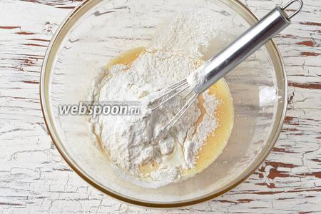 Добавить просеянную муку (40 г) с кукурузным крахмалом (10 г), 1 щепотку соли, воду (2 ст. л.). Перемешать венчиком до исчезновения комков.