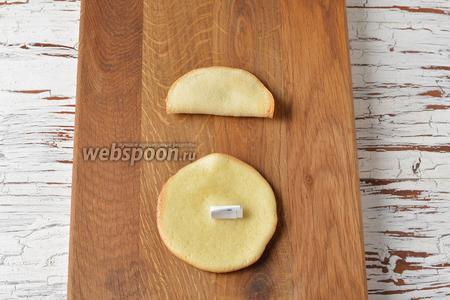 Вынимать испечённые заготовки по одной, с помощью ножа или силиконовой лопатки. На середину быстро выложить записку-пожелание. Сложить заготовку пополам и соединить пальцами противоположные края, прижимая их.