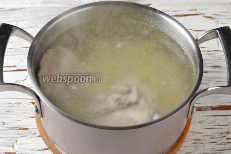 Выложить картофель в кастрюлю. Добавить соль (1 ст. л.). Готовить под крышкой на огне ниже среднего 10 минут.