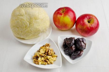 Для яблочного пирога нужно приготовить творожное тесто; для начинки взять яблоки, орехи, финики. Тесто приготовить как в рецепте творожных круассанов. На 1 час отправить его в холодильник.