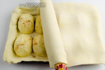 Накрыть яблочную начинку вторым слоем теста.
