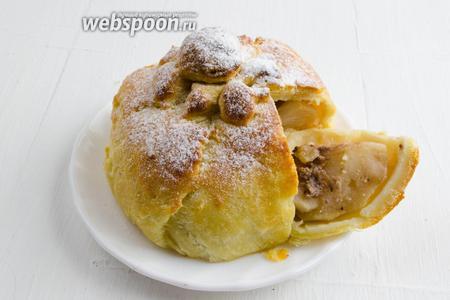 Пирог удобно нарезать порциями. Подать к чаю.