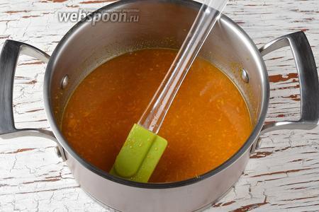 В сотейнике соединить мандариновый сок, лимонный сок (20 мл), сахар с цедрой. Перемешать. Довести до кипения. Снять с огня и отставить до полного охлаждения. Соединить с подготовленными яйцами.