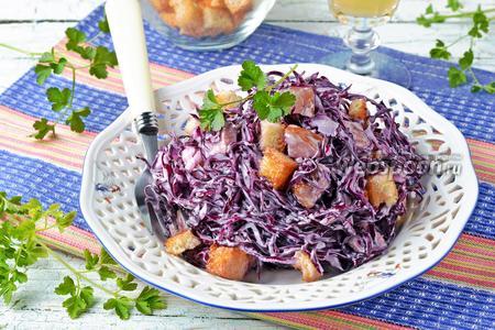 Салат с краснокочанной капустой и сухариками