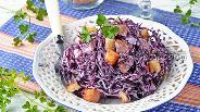 Фото рецепта Салат с краснокочанной капустой и сухариками