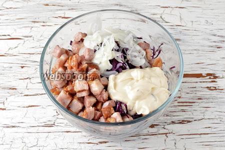В миске соединить капусту, хорошо отжатый от жидкости лук, балык, чесночный майонез. Перемешать. Проверить ещё раз на соль.