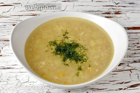 Чесночный суп готов. Подавайте суп горячим, щедро заправив любимой зеленью.