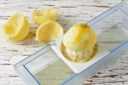Выжать сок из 2 лимонов.