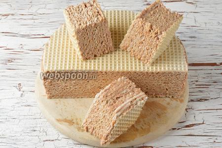 Перед подачей нарезать торт небольшими квадратиками или ромбиками.