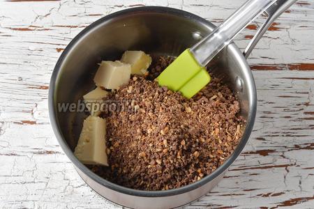Выложить шоколад в толстостенную кастрюлю, добавить 50 г масла комнатной температуры и нагреть, помешивая, до температуры 45°С (необязательно растапливать шоколад, а достаточно лишь размягчить его). Отставить.