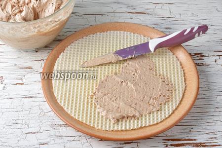 Каждый вафельный лист смазать тонким слоем крема.