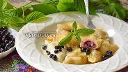 Фото рецепта Вареники с черникой, творогом и мятой