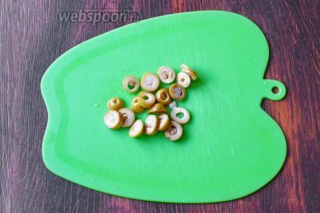 Нарезаем тонкими кольцами оливки.