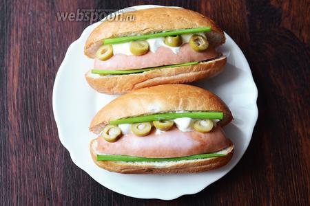 Затем кладём перья зелёного лука. Разогреваем хот-дог в микроволновой печи и подаём на стол. Приятного аппетита!
