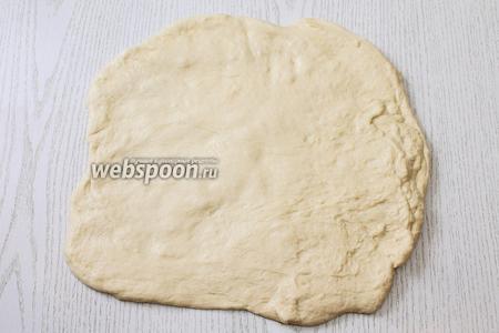 Раскатываем тесто толщиной 1 см.