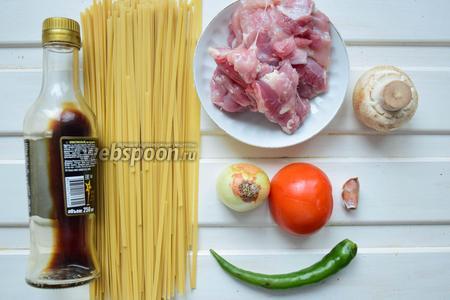 Ингредиенты: лапша яичная, соевый соус, филе бедра, лук репчатый, помидор, перец чили, чеснок, шампиньоны.