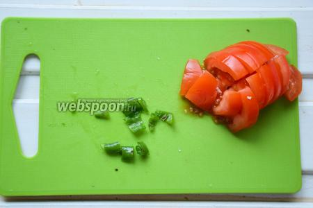 Перец чили избавить от семян и некрупно порезать. Помидор также нарезать в произвольном формате.