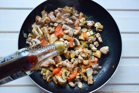 Влить в сковороду соевый соус, попробовать на соль, возможно стоит добавить немного воды — буквально пару ложек.