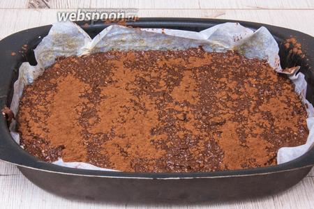 Уложить массу на пергаментную бумагу, разровнять лопаткой и присыпать какао порошком. Отправить в хорошо разогретую духовку (до 180°С) на 20 минут.
