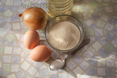 Для приготовления этих «хитрых» котлеток возьмём манную крупу, яйца, луковицу среднего размера, соль по вкусу и масло для жарки.