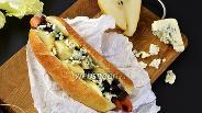 Фото рецепта Хот-дог с луковым джемом и голубым сыром