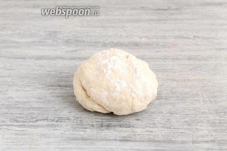 Замесить эластичное тесто — оставить на 40-60 минут под полотенцем.