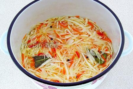 Овощи плотно уложить в эмалированную или стеклянную посуду, залить горячим маринадом, плотно закрыть крышкой, слегка укутать и оставить при комнатной температуре на 1 сутки.